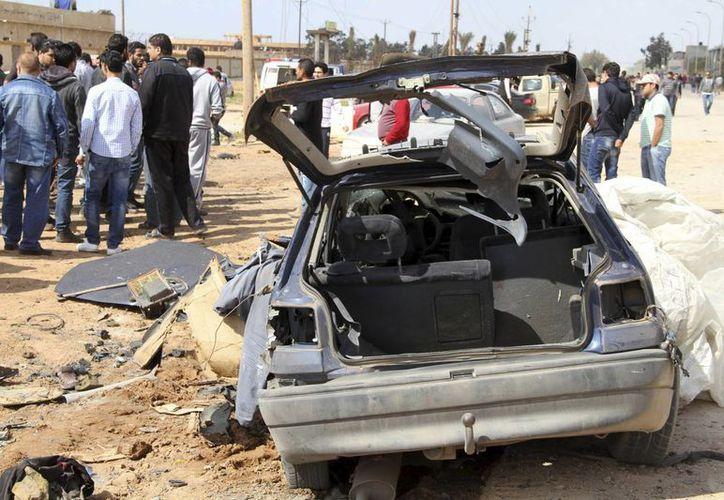 Decenas de ciudadanos libios al observar el lugar de la explosión de un carro bomba, en la ciudad libia de Bengasi (noreste). (Archivo/EFE)