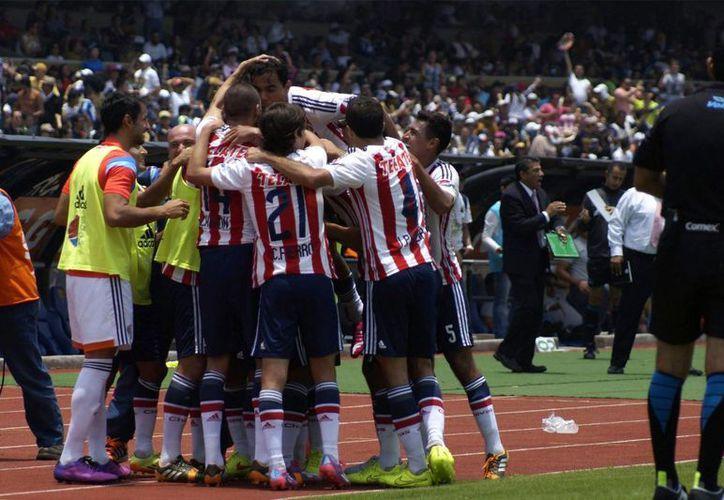 En toda la temporada Chivas ha tenido muy pocos motivos para celebrar, pues cada vez se acerca más al descenso. (Foto de archivo de Notimex)