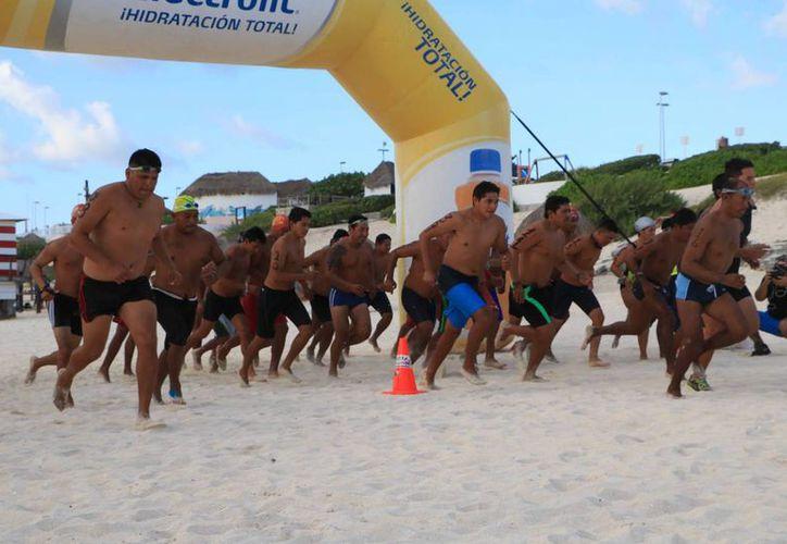 En nado con rescate 200 metros estilo crol modificado, el ganador fue Andrés Lara. (Ángel Mazariego/SIPSE)