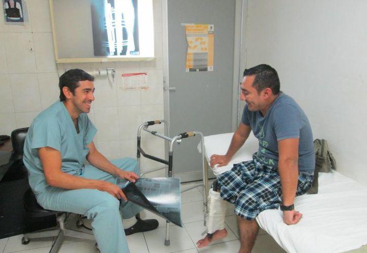 Badí Santana Rivero y el doctor Carlos Enrique Reyes de Cáceres, quien ha llevado su caso. (Milenio Novedades)