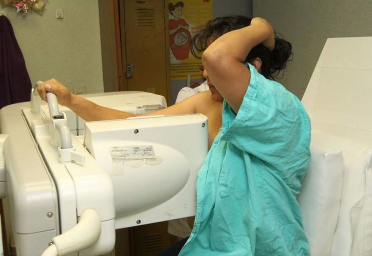 Recomiendan a las mujeres realizarse exámenes periódicos de seno. Imagen de una paciente al momento de realizarse una mastografía. (Milenio Novedades)