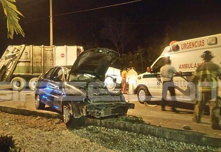 El automóvil quedó sin control y se fue hacia la hondonada del camellón central del periférico. (SIPSE)