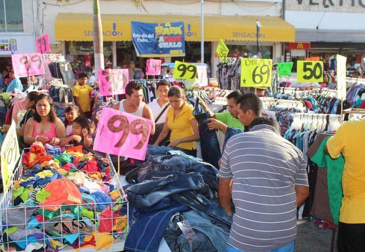 Los vendedores ofrecieron diversos descuentos y hasta obsequios en el Domingo Familiar, con motivo del Día del Padre. (Yesenia Barradas/SIPSE)
