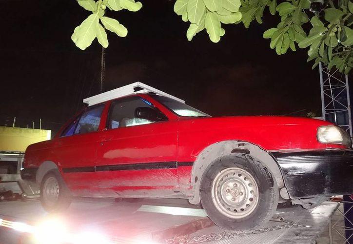 Una grúa trasladó el vehículo a las instalaciones de Seguridad Pública. (Redacción/SIPSE)