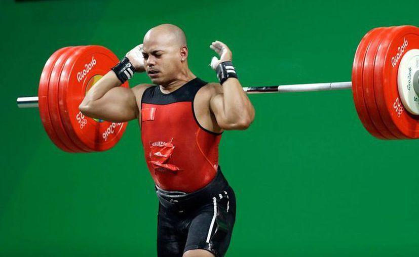 El mexicano Bredni Roque Mendoza durante su participación en Río de Janeiro, en la categoría 69 kilogramos, con el uniforme en el que tapó las marcas. (Foto: AP/Mike Groll)