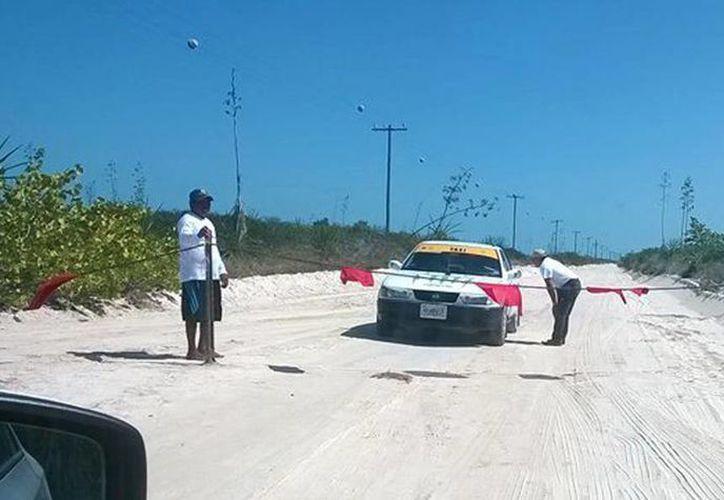 Dos hombres se apostaron en la carretera que une a Las Coloradas con el Cuyo para cobrar una cuota 'por transitar en esa vía y disfrutar de la naturaleza'. (Cortesía)