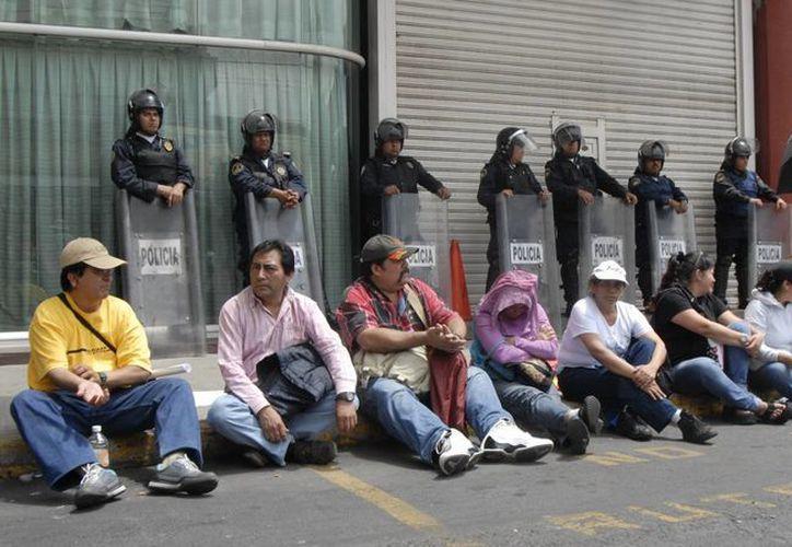 Maestros de la CNTE bloquean las instalaciones de la SEP. (Notimex)