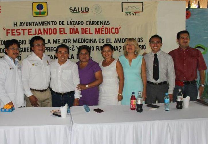 El alcalde encabezó el convivio en un reconocido local. (Raúl Balam/SIPSE)