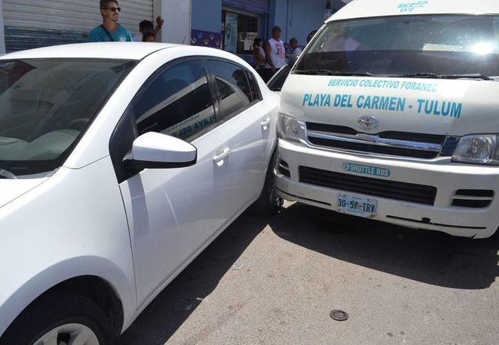La Van de transporte público se impactó contra vehículos que estaban estacionados y fue en ese momento en el que atropelló a la mujer.  (Redacción/SIPSE)