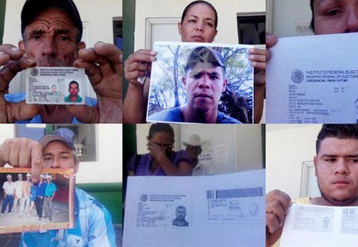 Familiares de algunos de los desaparecidos se reunieron con las autoridades de Choix; en la imagen, muestran fotos de sus seres queridos. (Excelsior)