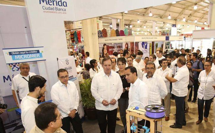 En la inauguración de la 18 Expo Feria del Comercio, el alcalde meridano Mauricio Vila destaca los avances logrados en mejora regulatoria. (Foto cortesía del Ayuntamiento de Mérida)