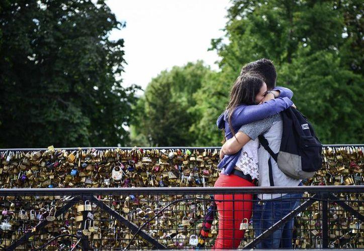 Es común ver cientos de candados en los puentes de París como un 'recuerdo' de enamorados que visitan la ciudad. (EFE)