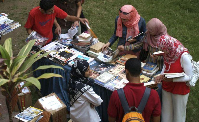 Estudiantes de español del Instituto Cervantes de El Cairo buscan libros en el mercadillo de intercambio de libros. (Archivo/EFE)