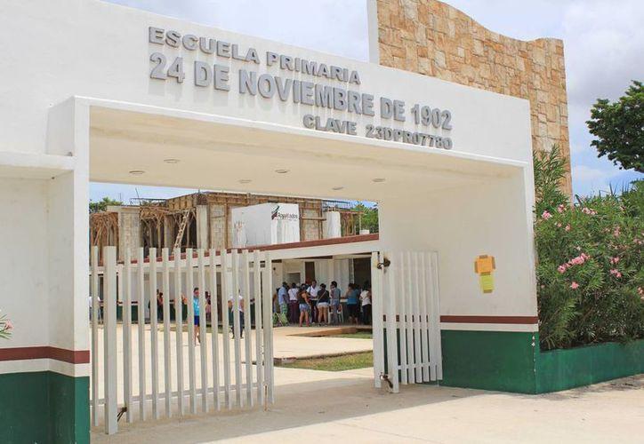 """Alumnos de nuevo ingreso de la la primaria """"24 de noviembre de 1902"""" del turno matutino tomarán clases temporalmente por la tarde. (Jesús Tijerina/SIPSE)"""