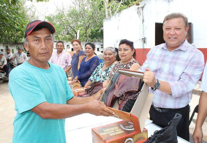 El presidente municipal encabezó la ceremonia de entrega. (Raúl Balam/SIPSE)