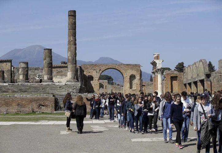 Turistas se congregan en un sitio antiguo de Pompeya cerca de la Villa de los Misterios, en ocasión de su presentación a la prensa. (Agencias)