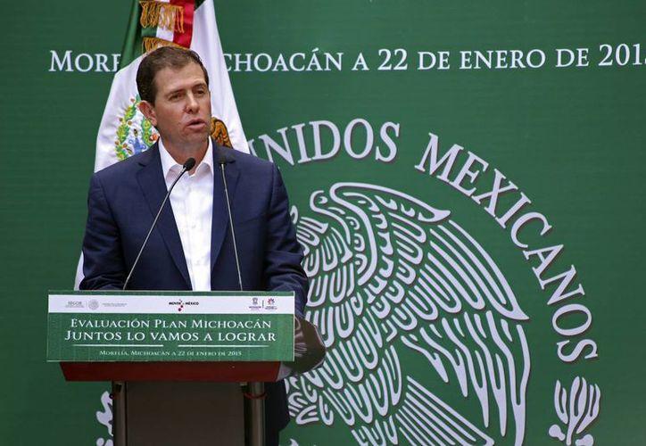 El saldo de la gestión de Alfredo Castillo en Michoacán: cientos de servidores públicos detenidos, 105 inmuebles confiscados y delincuentes abatidos, aunque 'La Tuta' sigue libre. (AP)