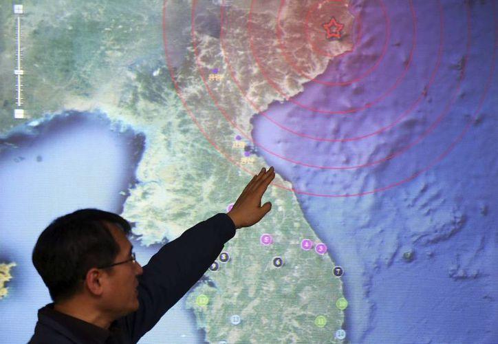Un trabajador de la Administración Meteorológica de Corea (KMA) en Seúl, apunta a la región de Kilju en Corea del Norte donde  se registró  el tercer ensayo nuclear de ese país . (EFE)