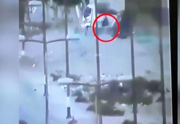 Captura de pantalla de un video de CCTV que muestra cuando el conductor baja del camión de basura, el cual fue llenado con explosivos. (ibtimes.co.uk)