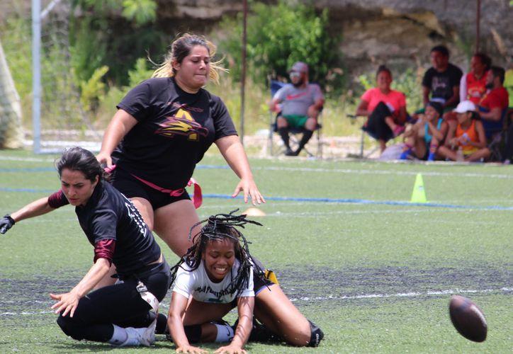 Victoria Brito, corredora y linebacker de Sharks Cancún, en acción.  (Ángel Villegas/SIPSE)