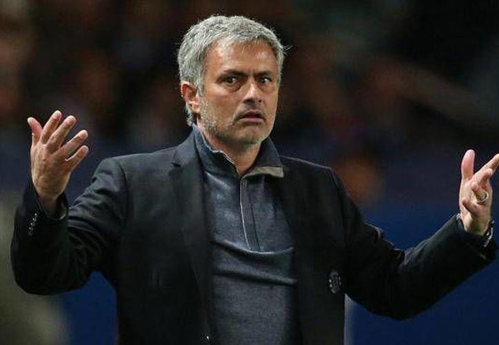 El director técnico del Chelsea, José Mourinho, fue multado con 50 mil libras y un partido suspendido del estadio; esto por sus declaraciones tras el juego contra el Southampton donde su equipo perdió 1-3. (Archivo AP)