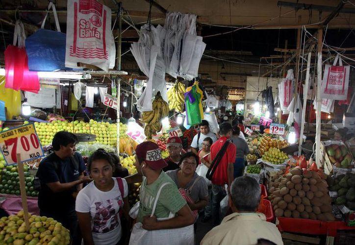 Muchas familias conviven a diario en los pasillos de La Merced. (EFE)