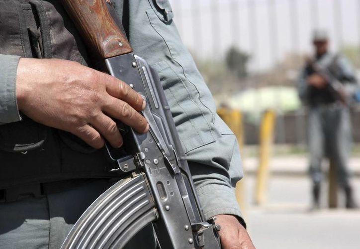 Miembros de las fuerzas de seguridad afganas vigilan en un puesto de control en Kabul, Afganistán. (Archivo/EFE)