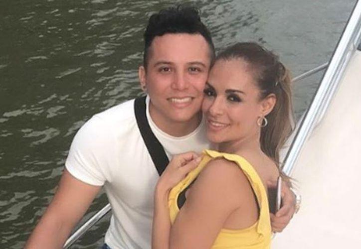 El cantante y la modelo se casaron después de tres años de noviazgo. (Foto: Instagram/edwinlunat)
