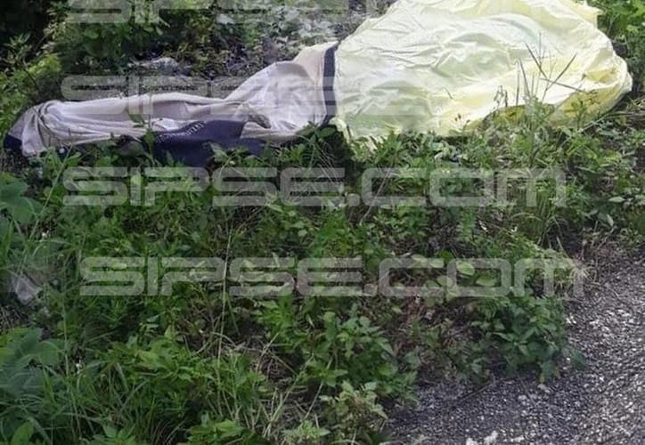 El cuerpo fue tirado a la orilla de la carretera. (SIPSE)