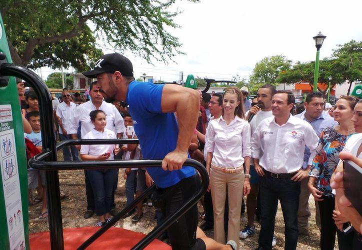 Atletas de la Liga Municipal de Físico Constructivismo, enseñaron a los presentes como usar los aparatos. (Francisco Gálvez/SIPSE)