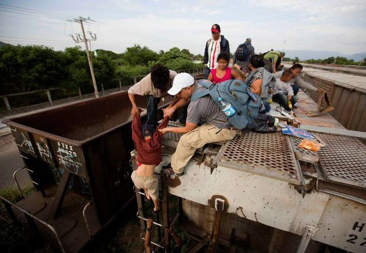 En su camino hacia EU, los inmigrantes ilegales de Centroamerica se montan en La Bestia. En muchos casos, están acompañados -aunque no se hace evidente- por un 'coyote', quien hace negocio con su traslado. (AP)