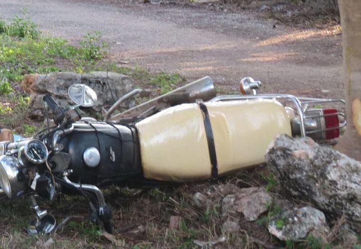 La motocicleta de los jóvenes quedó a la orilla de la carretera. (Milenio Novedades)