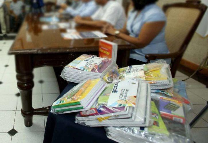 Además de los paquetes de útiles escolares (como lo de la imagen), el Ayuntamiento dará un 'bono de superación' para los padres de familia de los alumnos beneficiados con el apoyo escolar. (Cortesía)