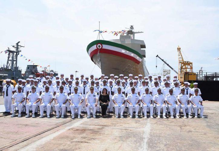 Funcionarios de la Semar con la tripulación del con  buque patrulla Oceánica ARM Hidalgo PO-166. (www.semar.gob.mx)