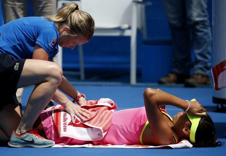 Hubo un momento en que Madison Keys recibió tratamiento, durante el partido contra Venus Williams, pero al final la venció y avanzó entre las 8 mejores del AbIerto de Australia. (Foto: AP)