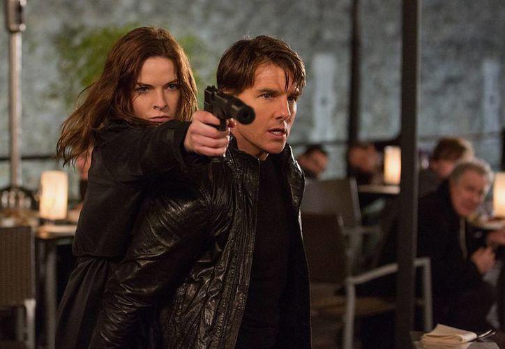 Tom Cruise con Rebecca Ferguson en una escena de  'Mission: Impossible - Rogue Nation', que incluye escenas peligrosas donde Cruise no utilizó dobles. (Foto: AP)