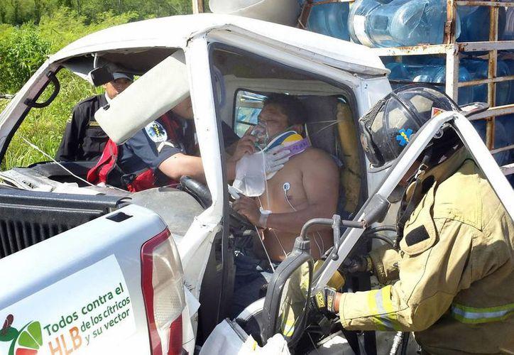 El guiador de un camión repartidor de agua quedó prensado. (Milenio Novedades)