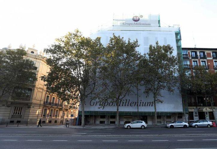 Fachada del edificio (con lona) de la calle Alfonso XII de Madrid donde Moisés Mansur adquirió una vivienda de lujo. (Uly Martín)