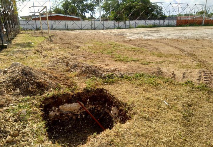 Las obras de rehabilitación del campo de fútbol del parque Aarón Merino Fernández se encunetran abandonadas. (Miguel Maldonado/SIPSE)