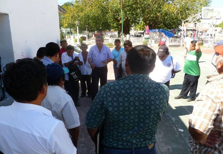 El comisario ejidal se reunió con campesinos de San Martiniano. (Raúl Balam/SIPSE)
