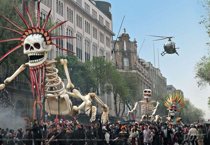 Imagen de una escena de la película Espectre, filmada en la ciudad de México, con Daniel Craig como James Bond. Un desfile similar se anuncia para las celebraciones del Día de Muertos, a partir de este año en la capital del país. (Foto tomada de: www.atomix.vg)