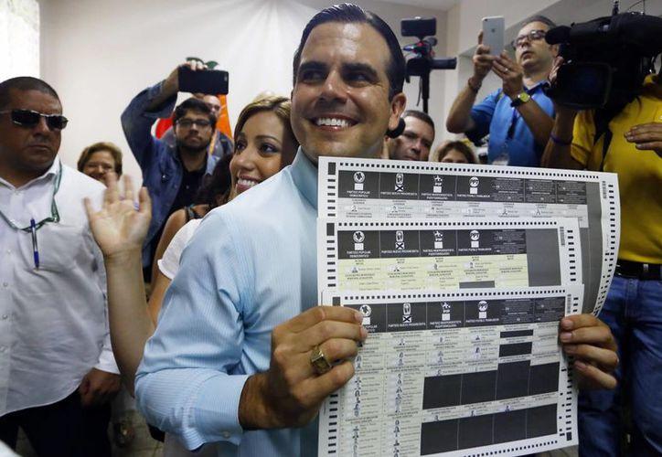 El candidato a la gobernación de Puerto Rico por el anexionista Partido Nuevo Progresista (PNP), Ricardo Roselló, muestra la papeleta de votación este martes 8 de noviembre de 2016, en Guaynabo. (EFE)