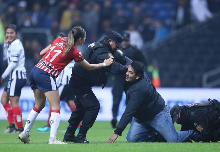 Seis aficionados brincaron al terreno de juego del Gigante de Acero al finalizar el juego de Cuartos de Final entre Monterrey y Chivas. (Twitter)
