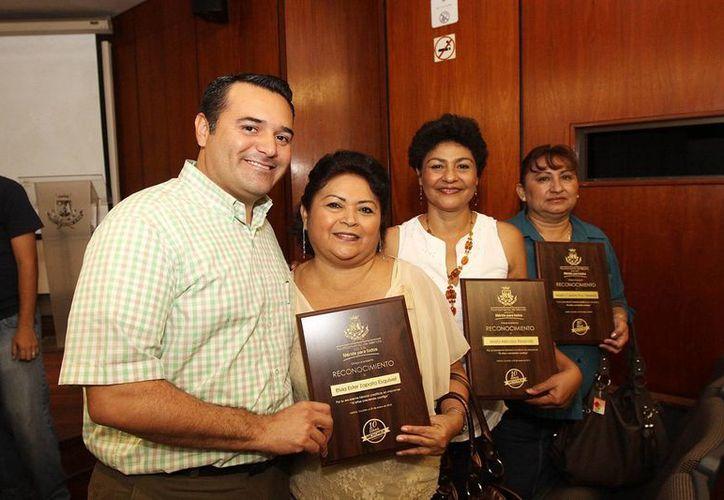 El Alcalde entregó reconocimientos a beneficiarias puntuales. (Cortesía)