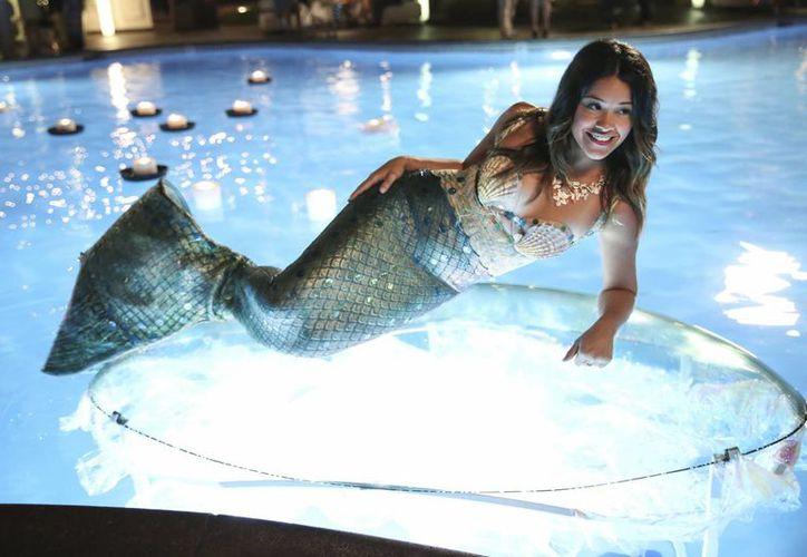 En esta imagen difundida por The CW, Gina Rodríguez interpreta a Jane en una escena de la serie 'Jane The Virgin', la adaptación anglo de la telenovela venezolana 'Juana la Virgen'. (Agencias)