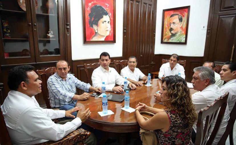 La reunión que se realizó este jueves en el Salón Carranza del Palacio de Gobierno. (SIPSE)