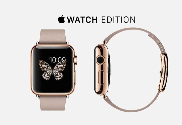 Imagen de un reloj de oro rosa de 18 quilates con una correa deportiva blanca de Apple Watch edition, uno de los modelos más caros. (apple.com)