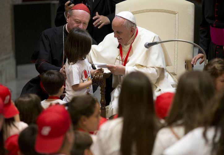 Papa Francisco habló sobre cómo la sociedad atenta contra vida. En la imagen el Pontífice al recibir a un grupo de niños, hijos de reclusos procedentes de las ciudades italianas del sur de Bari y Trani, en el Vaticano. (Agencias)