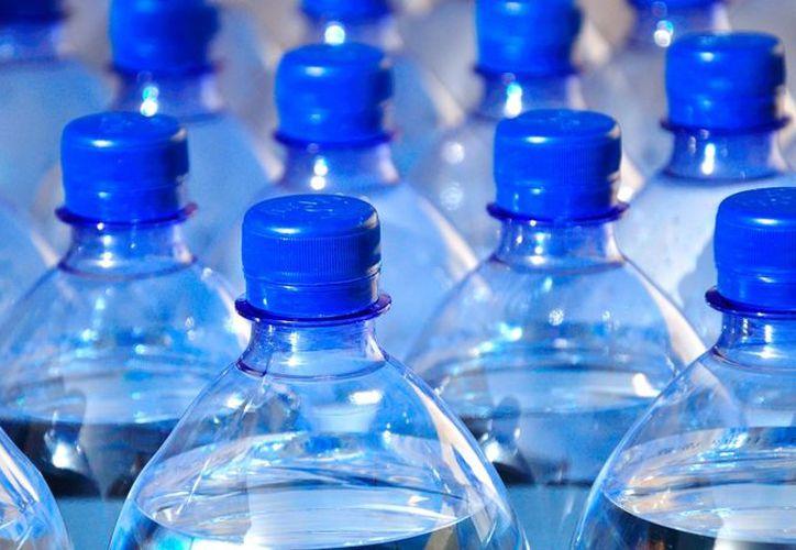 La OMS  va a estudiar los riesgos potenciales de la presencia de plástico en el agua que bebemos. (Síntesis)
