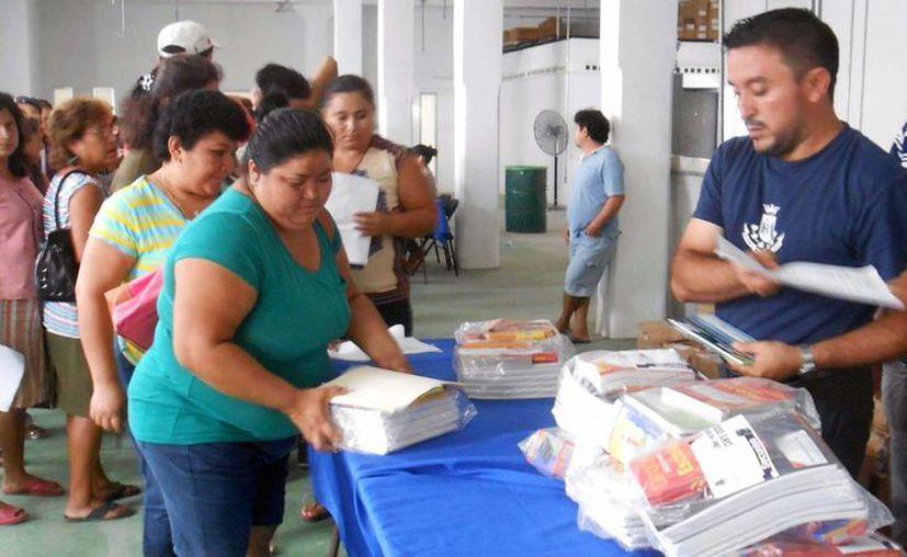 La entrega de útiles escolares llegó a colonias como San José Tecoh. (Cortesía)
